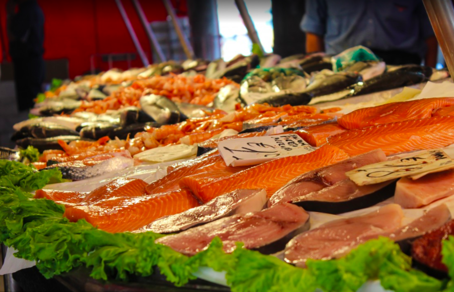 Peix blau, alt en àcids grassos i especialment en ADH, en un mercat   Pxhere