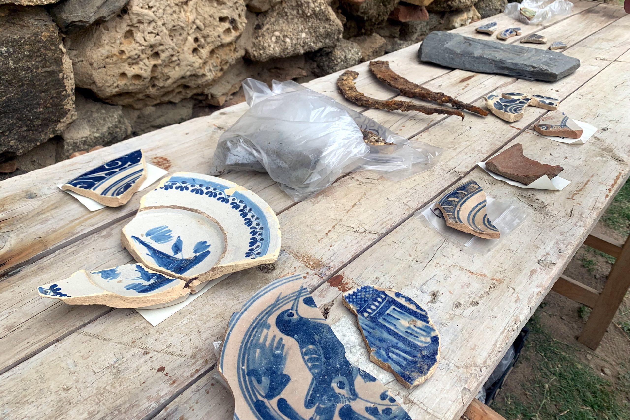 Alguns dels objectes i peces de ceràmica que els arqueòlegs han desenterrat durant les excavacions a la Ciutadella de Roses   ACN
