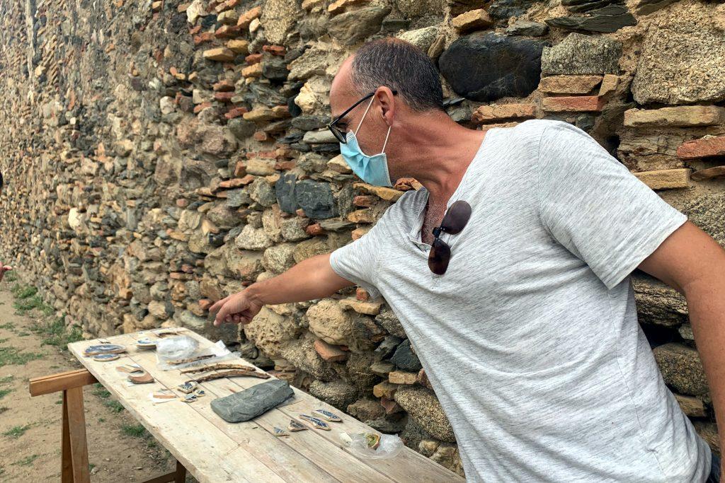 El director de la càtedra, Lluís Palahí, ensenya alguns dels objectes i peces de ceràmica que els arqueòlegs han desenterrat durant les excavacions a la Ciutadella de Roses   ACN