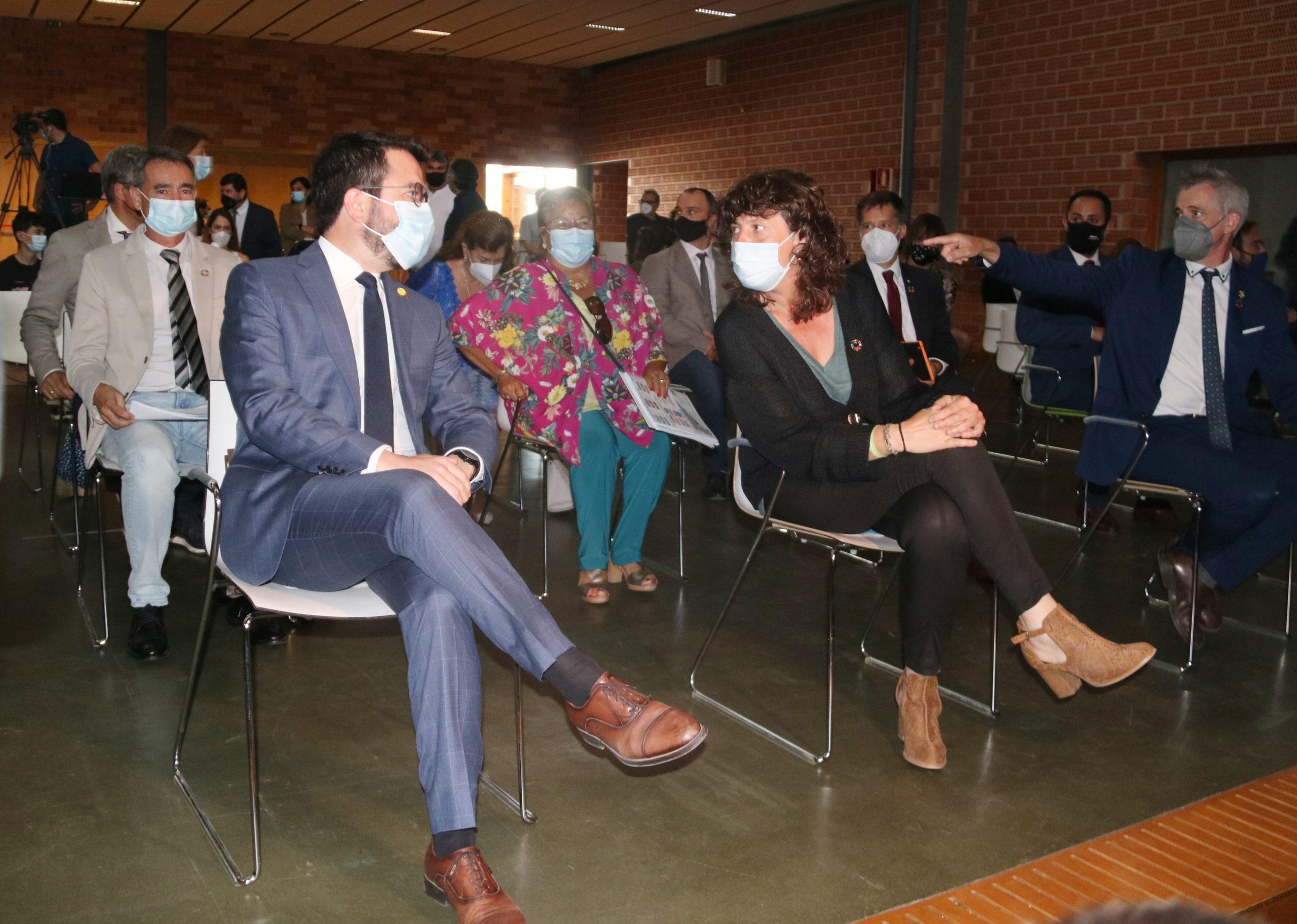El president de la Generalitat, Pere Aragonès, conversant amb la consellera d'Acció Climàtica, Teresa Jordà, en la presentació del Centre de Resiliència Climàtica d'Amposta  ACN