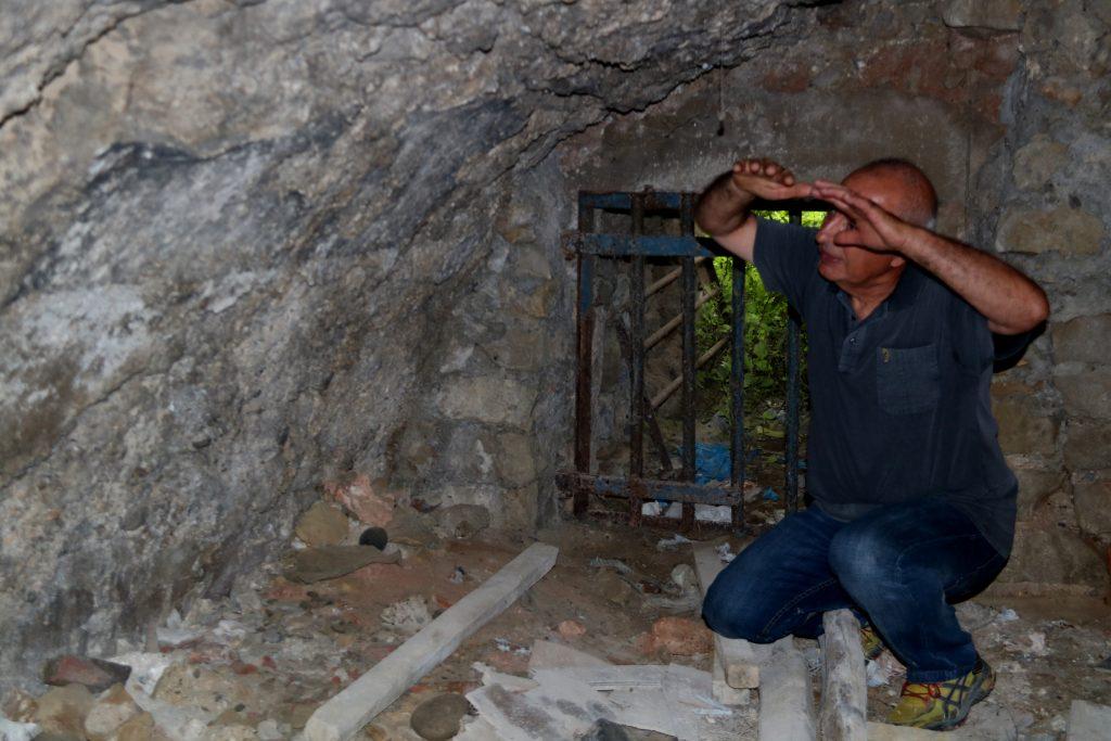 L'historiador Felip Fucho mostrant les restes cromàtiques en una de les voltes dels banys àrabs descoberts a Ascó   ACN