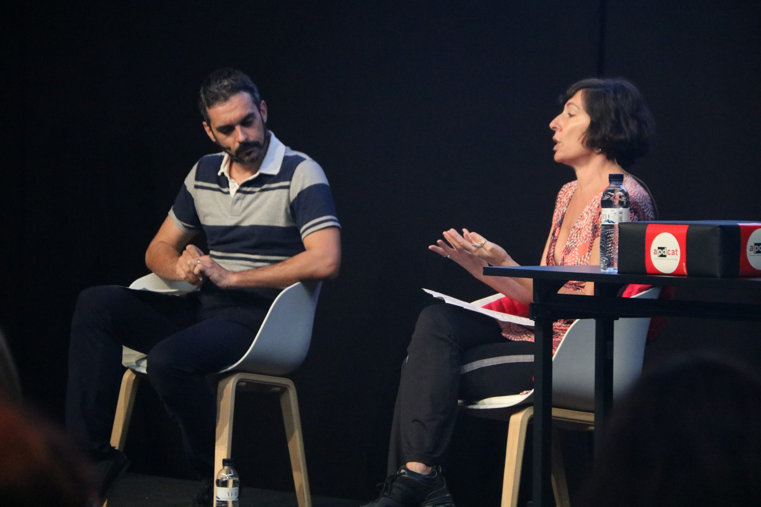 El CTO de Herta Security, Carles Fernández, i de la coordinadora de Xnet, Simona Levi, durant el debat sobre els riscos de la tecnologia de reconeixement facial | ACN