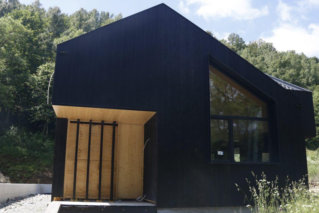 L'exterior d'una casa de fusta carbonitzada al Ripollès | ACN
