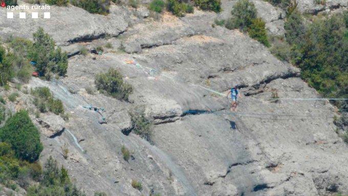 Persones practicant slackline a una zona de la serra del Montsec molt propera a un niu d'àliga cuabarrada | ACN