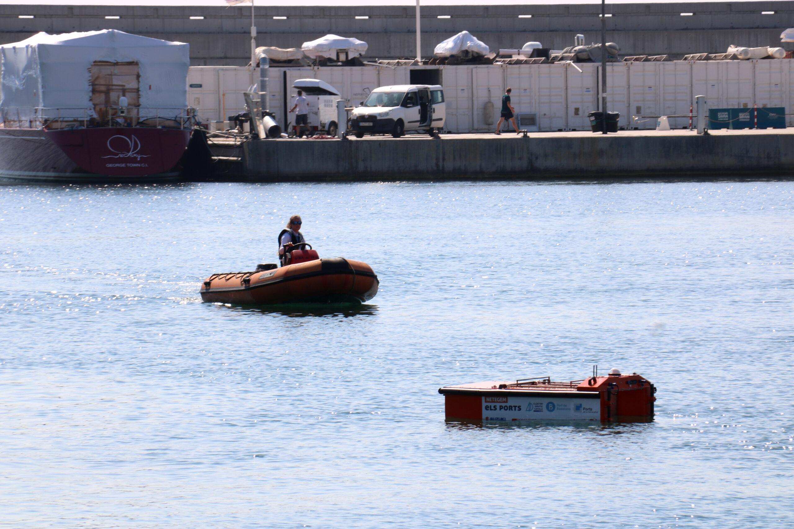 El dron aquàtic de Badalona amb bot en la llunyania a l'interior del port | ACN
