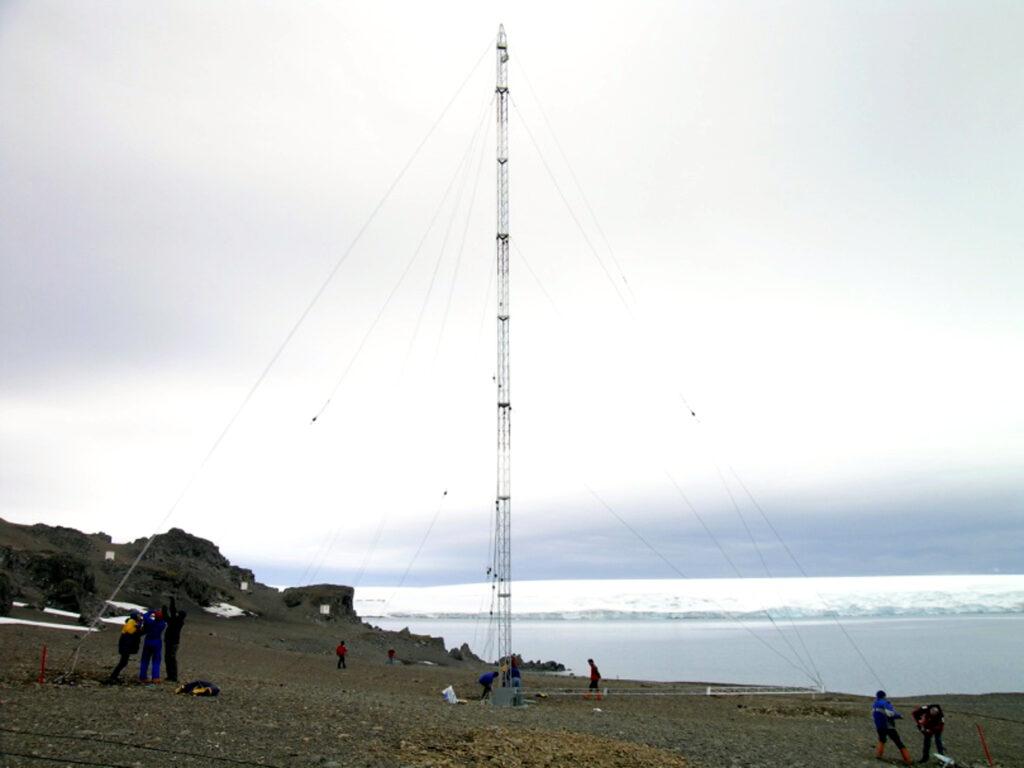 El moment d'hissar la torre de les antenes del sondejador ionosfèric a la base antàrtica de l'Observatori de l'Ebre | ACN