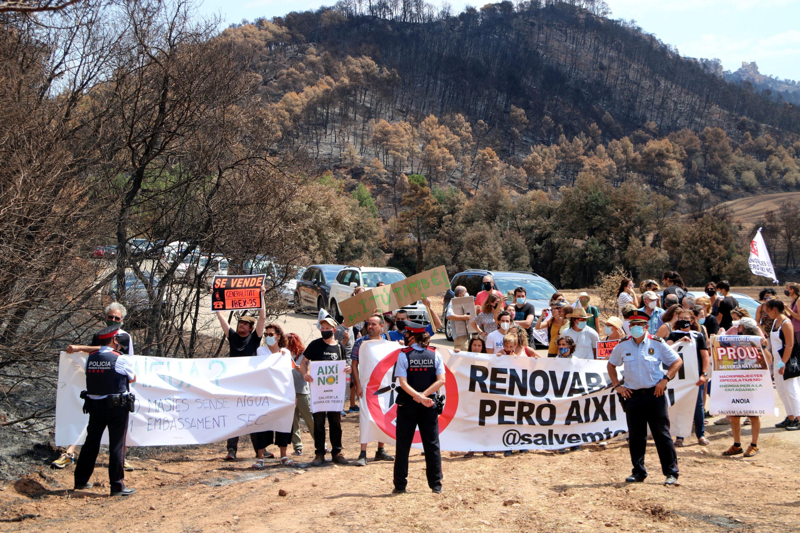 La concentració en contra de la massificació de parcs eòlics i solars al territori   ACN
