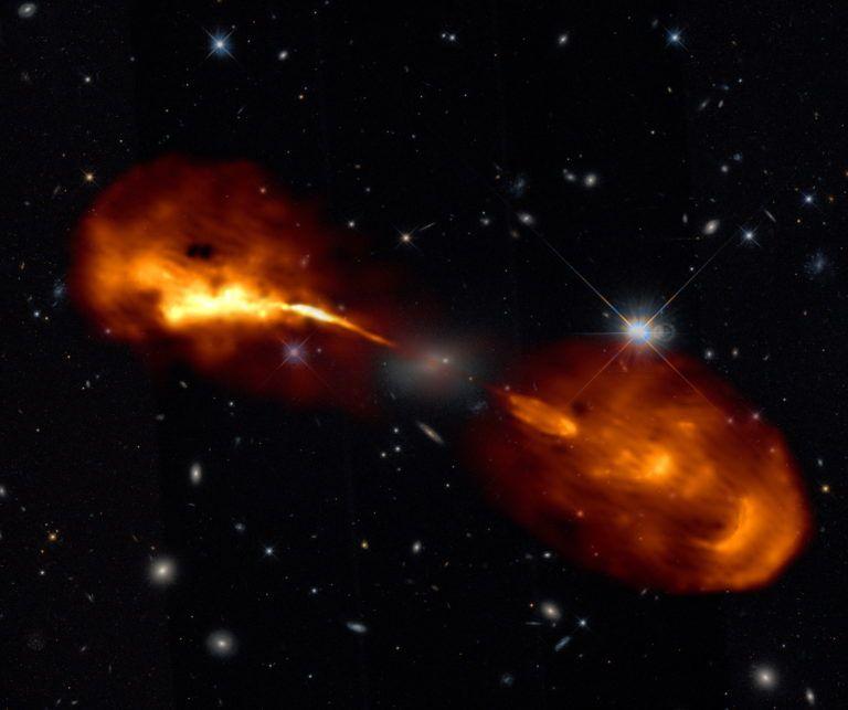 El centre de la galàxia Hèrcules A, amb el forat negre del seu centre emeten feixos de gas a una i altra banda | Lofar
