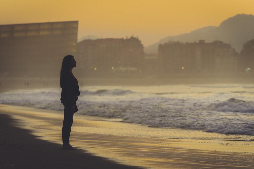 Una noia mirant la platja    Pablo Fernández Estefanía / Flickr