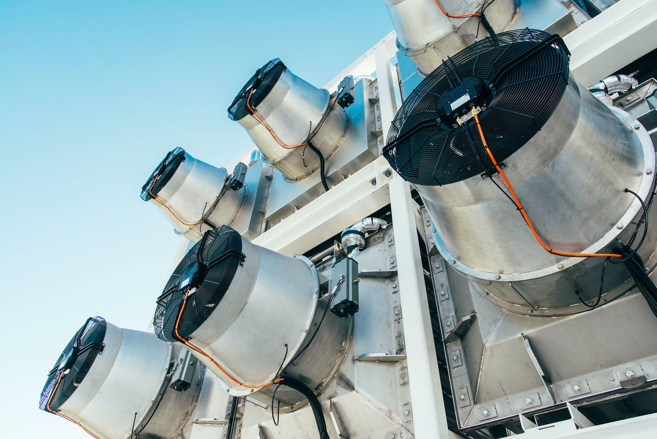 Els rotors que capturen aire per extreure'n el CO2 a la central Orca   Julia Dunlop / Climeworks