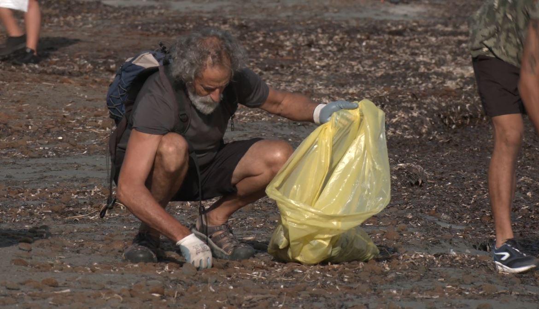 Un voluntari recull residus a la jornada