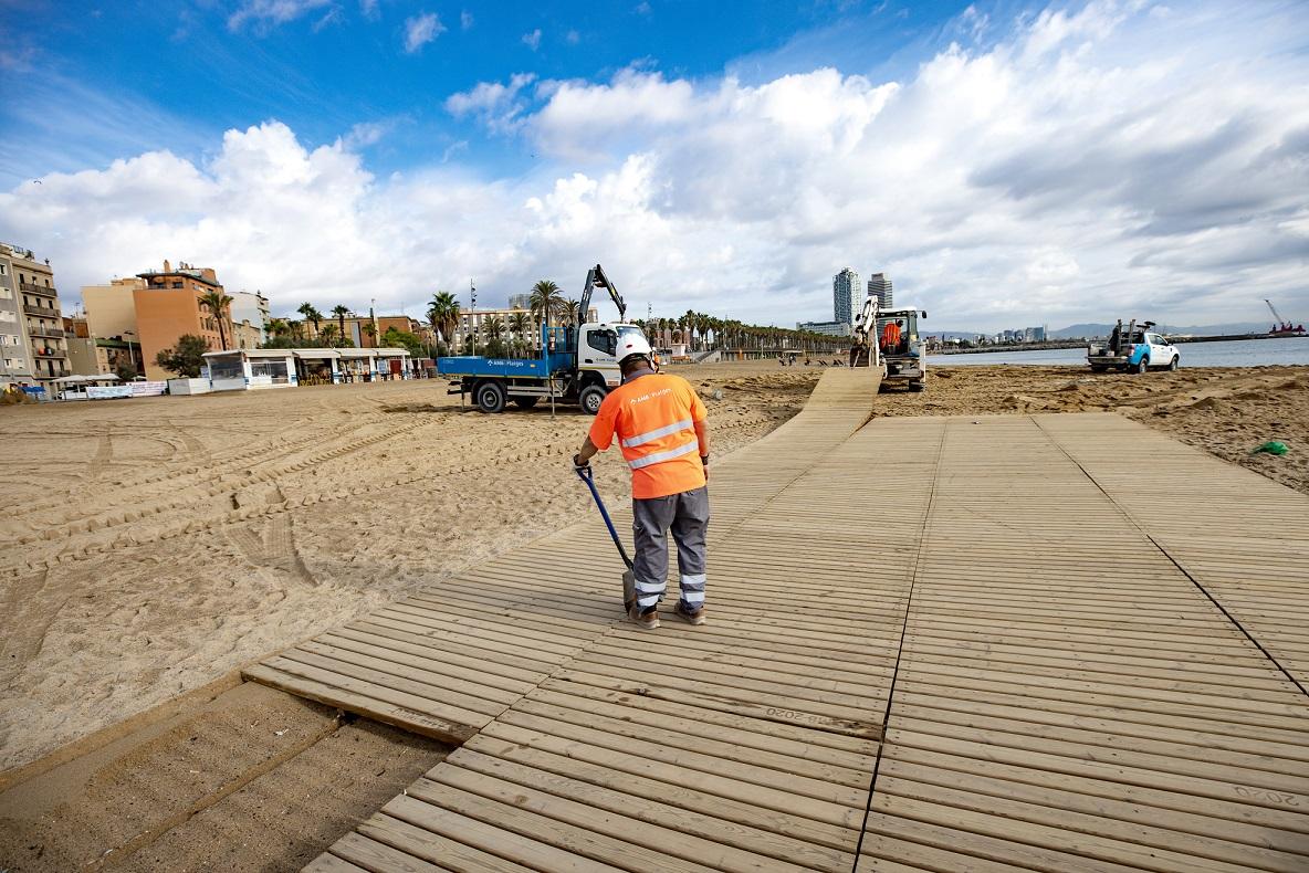 Retirada de passeres per la temporada baixa de platges   Robert Ramos/AMB